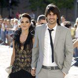 Melendi y su pareja a su llegada a la boda de Carlos Baute