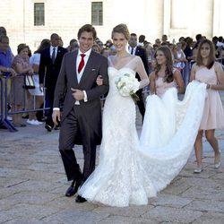 Carlos Baute y Astrid Klisans salen del Monasterio de El Escorial tras su boda