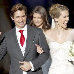 Carlos Baute y Astrid Klisans saludan tras casarse