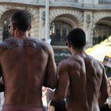 Dos hombres semidesnudos siguen el Orgullo Gay 2012