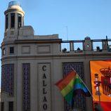La bandera gay y la bandera de España, juntas en el Cine Callao