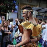 Chico medio desnudo durante el Orgullo Gay de Madrid