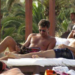 Feliciano López toma el sol en Ibiza
