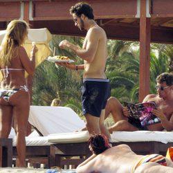 Feliciano López toma un tentempié en su jornada de relax en Ibiza