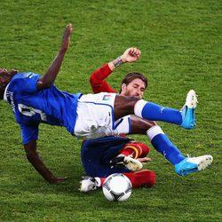 Balotelli y Sergio Ramos en la final de la Eurocopa 2012
