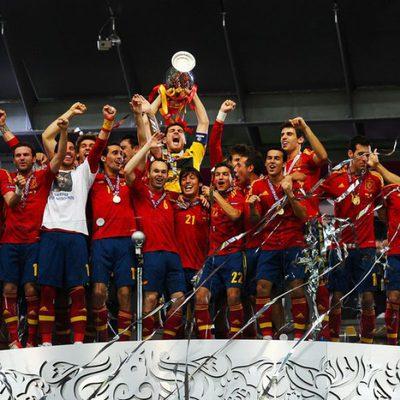 Iker Casillas levanta la copa de Campeones de la Eurocopa 2012