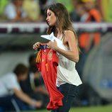Sara Carbonero con la camiseta de España en la final de la Eurocopa 2012