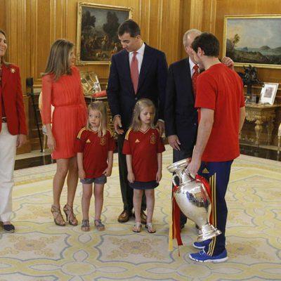 Iker Casillas saluda a la Familia Real Española en la recepción a 'La Roja'