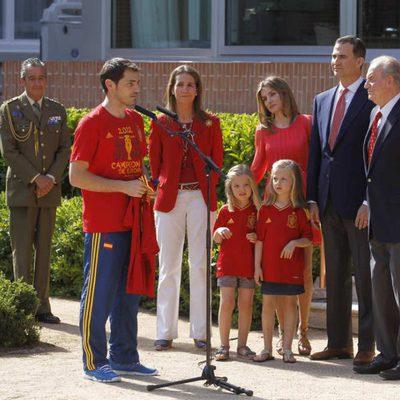 Iker Casillas habla ante la Familia Real durante la recepción a 'La Roja' en Zarzuela