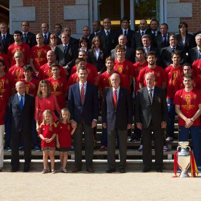 La Familia Real posa con la selección española en Zarzuela