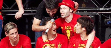 Estopa canta con Iniesta, Torres y Silva en el concierto celebrado en Cibeles por el triunfo de España
