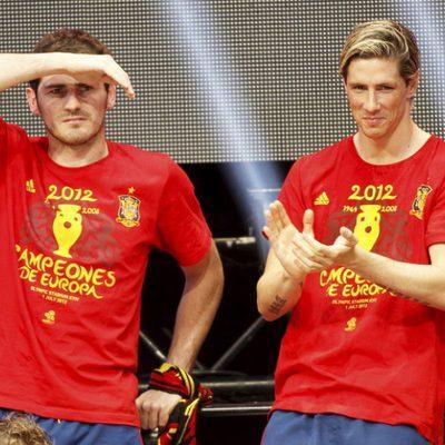 Fernando Torres aplaude e Iker Casillas busca a Sara Carbonero en la celebración de la Eurocopa 2012 en Cibeles