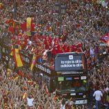 El autobús de la selección española avanza entre la multitud por las calles de Madrid