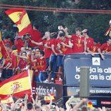 Los jugadores de 'La Roja' en el autobús rumbo a Cibeles para celebrar la Eurocopa 2012