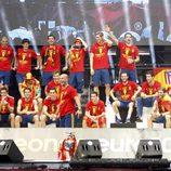 Los jugadores de 'La Roja' sobre el escenario de Cibeles en la celebración de la Eurocopa 2012
