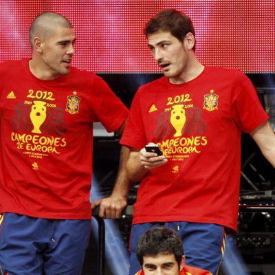 Víctor Valdés e Iker Casillas en la celebración de la Eurocopa 2012 en Cibeles