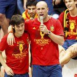 Pepe Reina y David Silva en la celebración de la Eurocopa 2012 en Cibeles