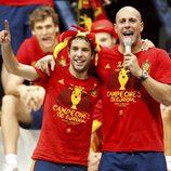 Pepe Reina y Jordi Alba en la celebración de la Eurocopa 2012 en Cibeles