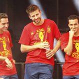 Xavi Hernández, Gerard Piqué y Pedro en la celebración de la Eurocopa 2012 en Cibeles