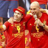 Iniesta y Pepe Reina en la celebración de la Eurocopa 2012 en Cibeles