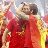 Sergio Ramos besa a Pepe Reina en la celebración de la Eurocopa 2012 en Cibeles