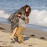 Selena Gomez acompañada de un amigo en las playas de Malibú