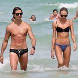 Candice Swanepoel y Hernann Nicoli en Miami Beach