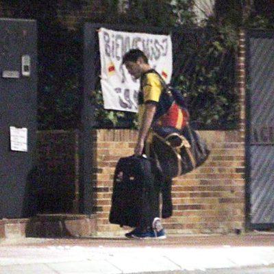 Iker Casillas leyendo las pancartas de felicitación colocados en su casa
