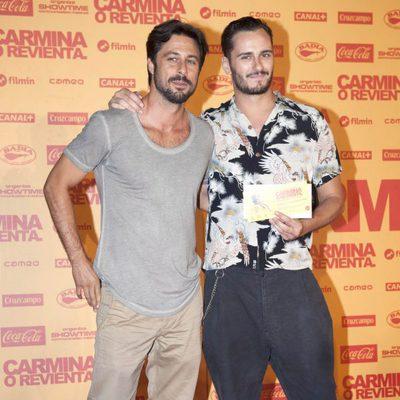 Hugo Silva y Asier Etxeandía en el estreno de 'Carmina o revienta'