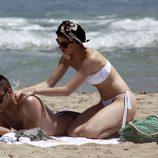 Adriana Abenia echa crema a su novio Sergio Abad durante sus vacaciones en Ibiza