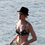 El chapuzón de Adriana Abenia durante sus vacaciones en Ibiza