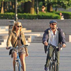 Leonardo DiCaprio y Erin Heatherton paseando en bici por Nueva York