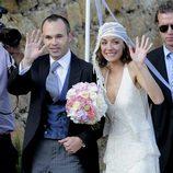 Andrés Iniesta y Anna Ortiz saludan a la prensa el día de su boda