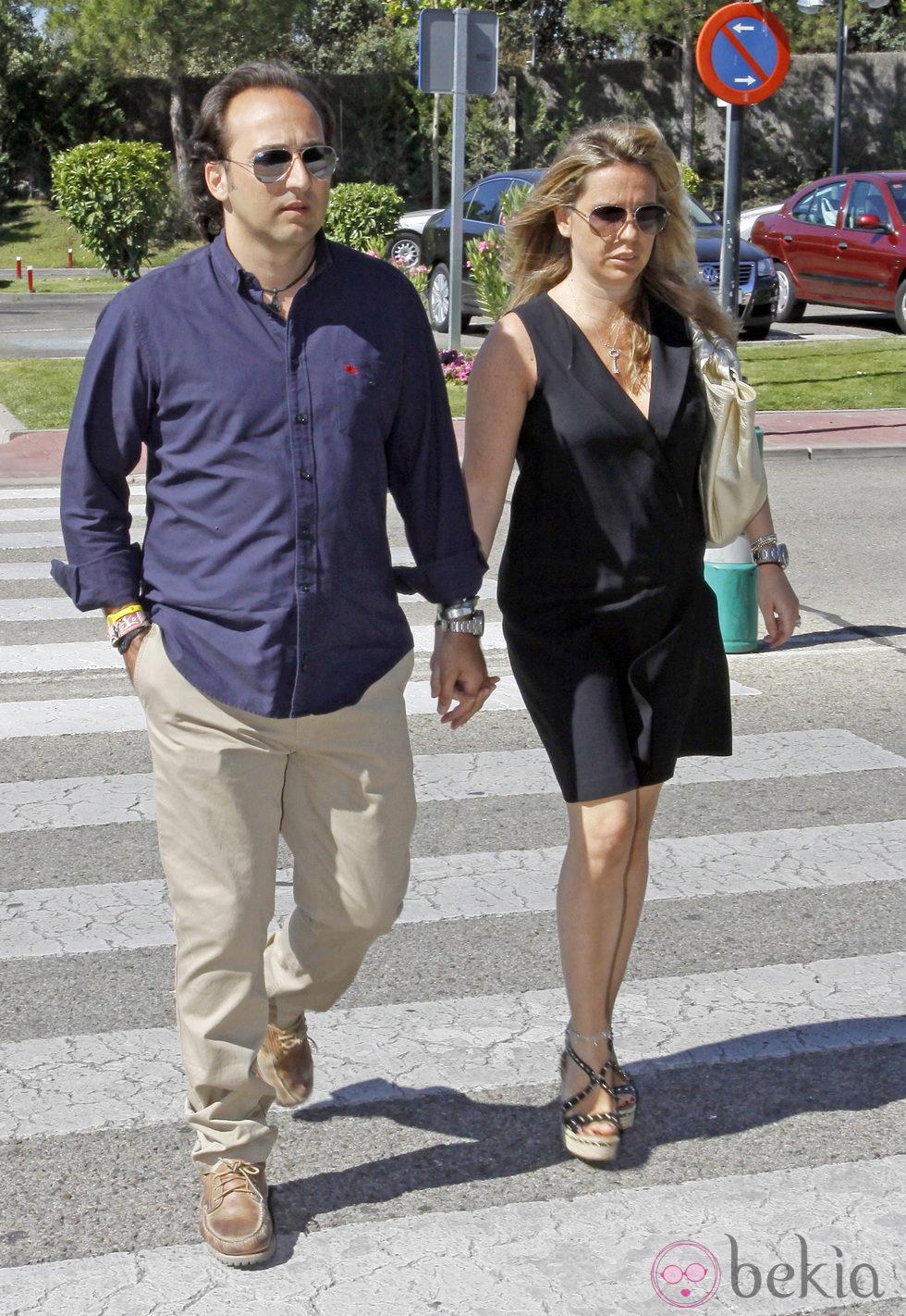 Iker Jiménez y su mujer, Carmen Porter, en el funeral de Pedro Rodríguez