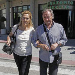Rosa Benito y Amador Mohedano en el tanatorio de Pedro Rodríguez