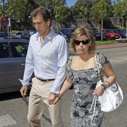 Terelu Campos y Carlos Pombo en el tanatorio de Pedro Rodríguez