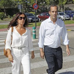 Santi Acosta y Sandra Fernández en el tanatorio de Pedro Rodríguez