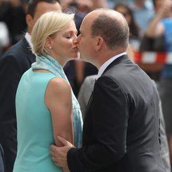 Los Príncipes Alberto y Charlene de Mónaco se besan durante su viaje oficial a Alemania