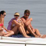 Scarlett Johansson toma el sol a bordo de un barco en Sicilia