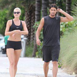Sami Khedira y Lena Gercke hacen deporte durante sus vacaciones en Miami