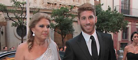 Sergio Ramos con su madre en la boda de su hermana Miriam