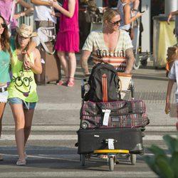 Guti recoge acompañado de Romina Belluscio a sus hijos en el aeropuerto de Ibiza