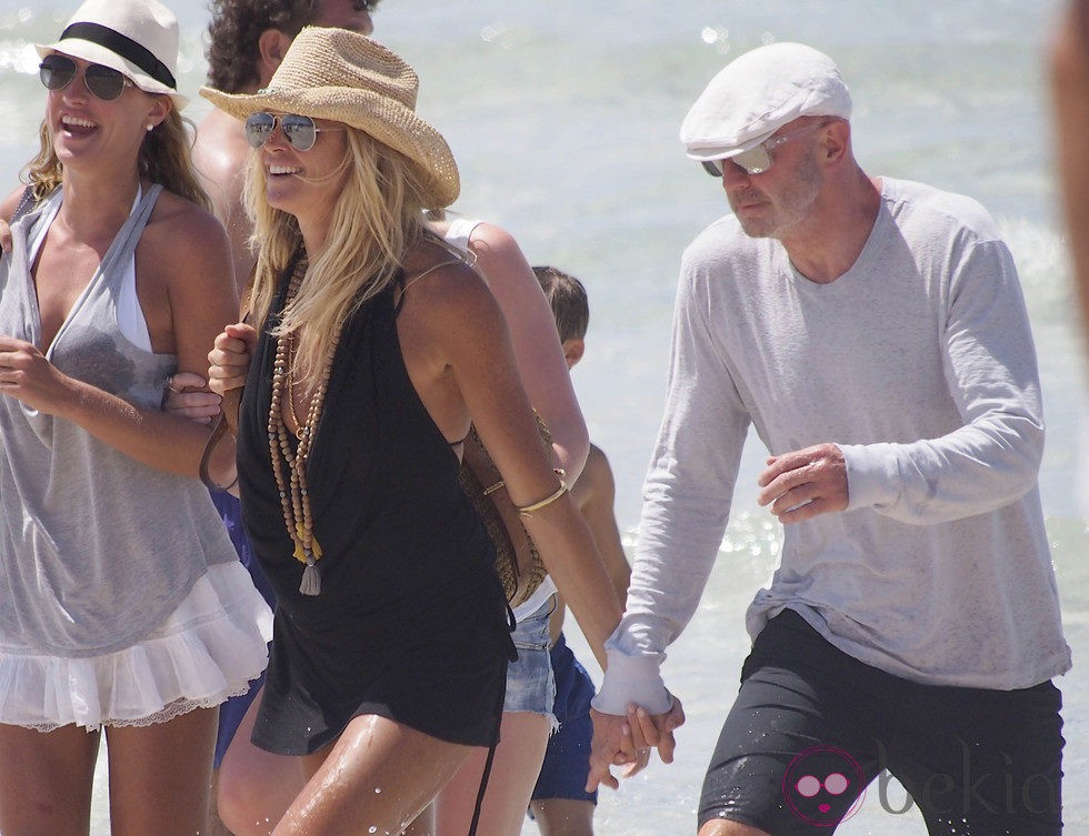 Elle Macpherson junto a Roger Jenkins en Ibiza