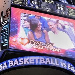 Barack y Michelle Obama pillados en la Kiss Cam