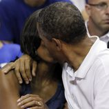 Barack y Michelle Obama se dan un beso