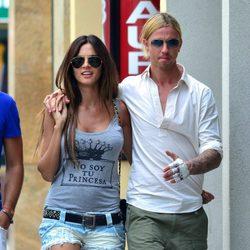 Guti, paseando por Ibiza con Romina Belluscio tras tatuarse su nombre en la mano