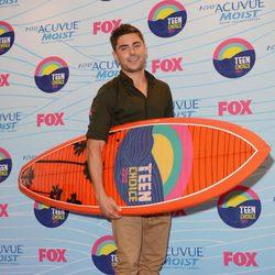 Zac Efron posa con su premio en los Teen Choice Awards 2012