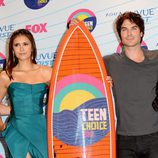 Ian Somerhalder y Nina Dobrev posan con su premio en los Teen Choice Awards 2012