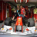 Fernando Alonso y Dasha Kapustina posando en el Gran Premio de Alemania 2012