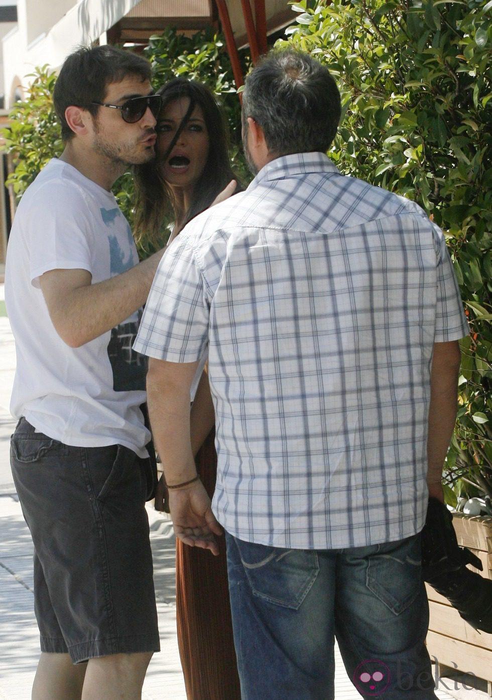 Iker Casillas y Sara Carbonero se enfrentan a un grupo de fotógrafos